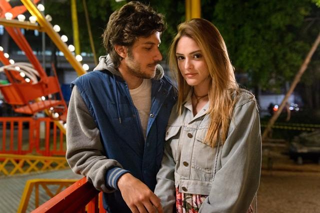 Chay Suede e Isabelle Drummond são Pedro e Helô na 1ª fase de 'A Lei do Amor', nova novela das 9. Crédito: Ramón Vasconcelos/Divulgação