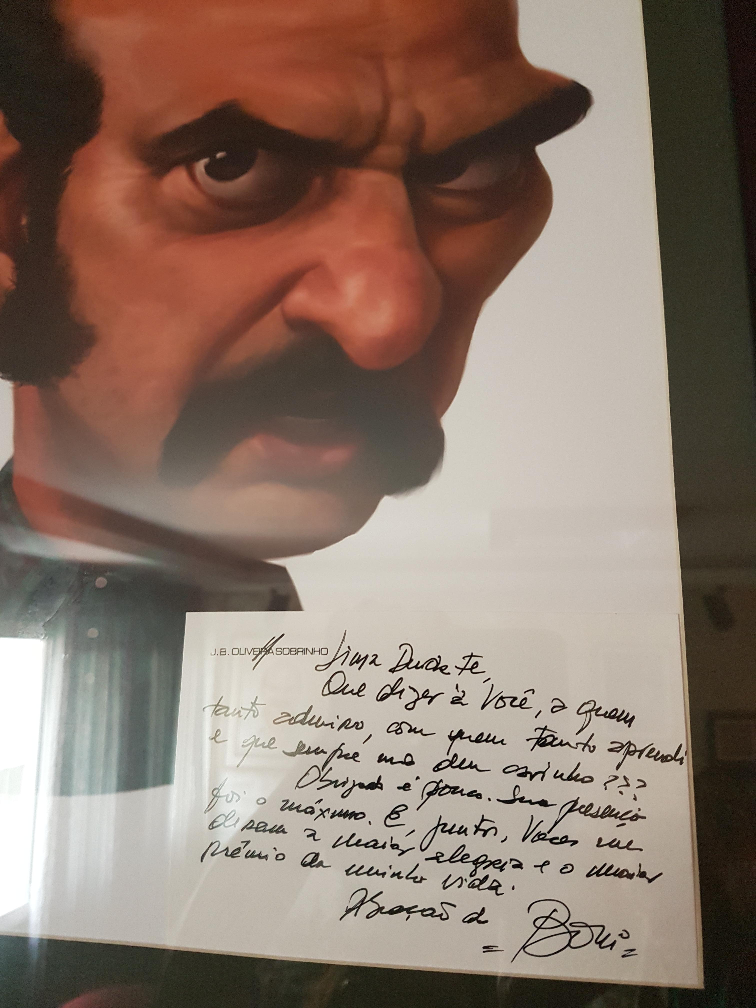 Quadro com bilhete de Boni e a caricatura de um de seus maiores sucessos, Zeca Diabo, matador vivido por Lima Duarte em 'O Bem Amado' / Crédito: TelePadi