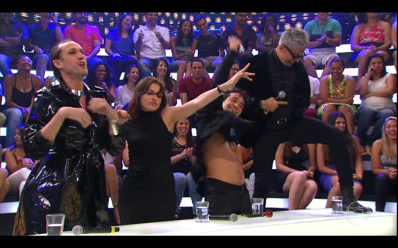 Dudu Bertholini, Mônica Iozzi, Eduardo Sterblicht e Otaviano Costa comemoram beijo na boca entre meninas