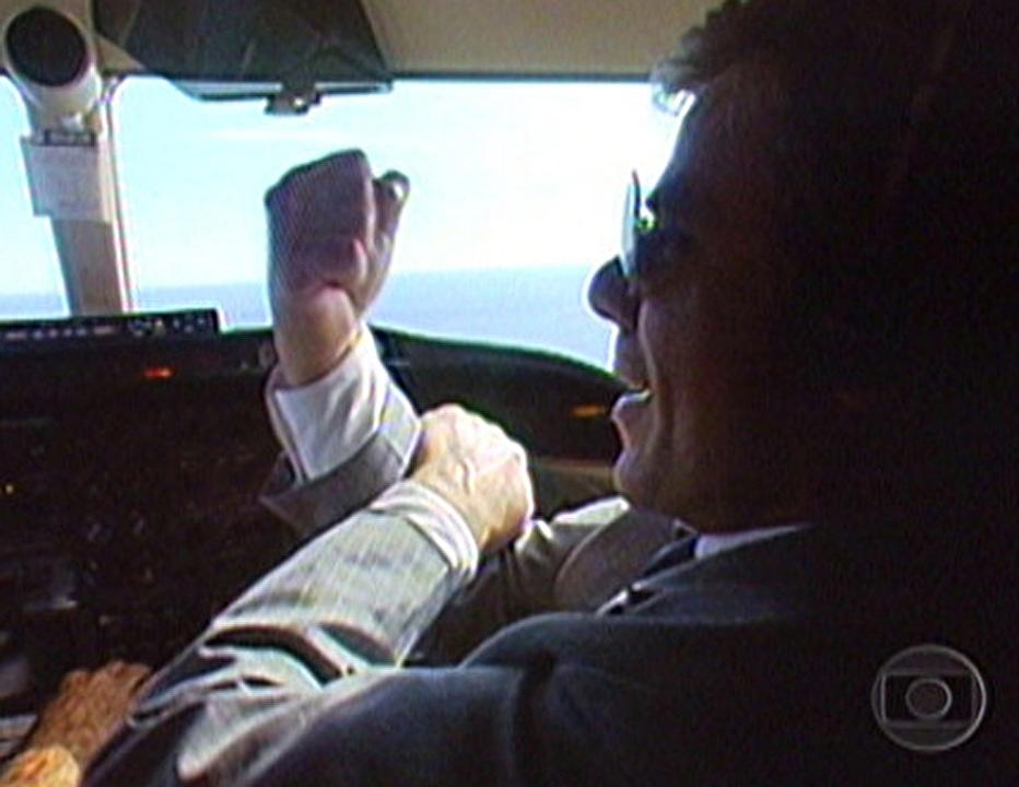 Reginaldo Faria e a clássica banana de Marco Aurélio em 'Vale Tudo', ao som de 'Brasil, mostra tua cara...'